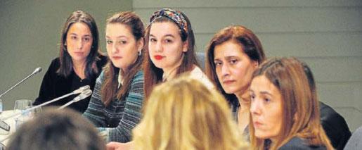 Alumnas de la Universidad de Deusto hacen preguntas a los expertos, representantes y empresas