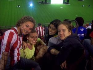 Emily, con sus amigas, disfrutando de la final de Copa en San Mamés.