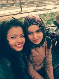 Bouthaina, a la derecha de la fotografía, con una amiga.
