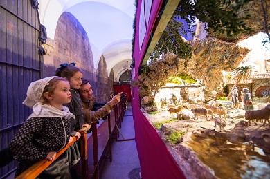 Bilbao 22-12-2015 Navidad en Bilbao. Unas niñas vestidas con el traje tradicional visitan la exposición de belenes de en la iglesia de San Nicolás ©Fotógrafo: MITXI