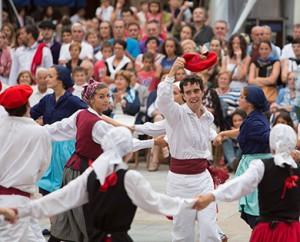 Bilbao País Vasco Euskadi 19-08-2013 Exhibición de danzas vascas en la Plaza Nueva durante la Aste Nagusia 2013 de Bilbao. Grupo Goi-Alde de Erandio. Fandango eta arin-arin. Turismo © FOTÓGRAFO: MITXI