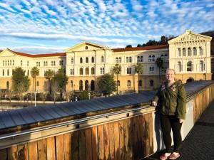 Allison con la universidad de fondo durante su estancia aquí