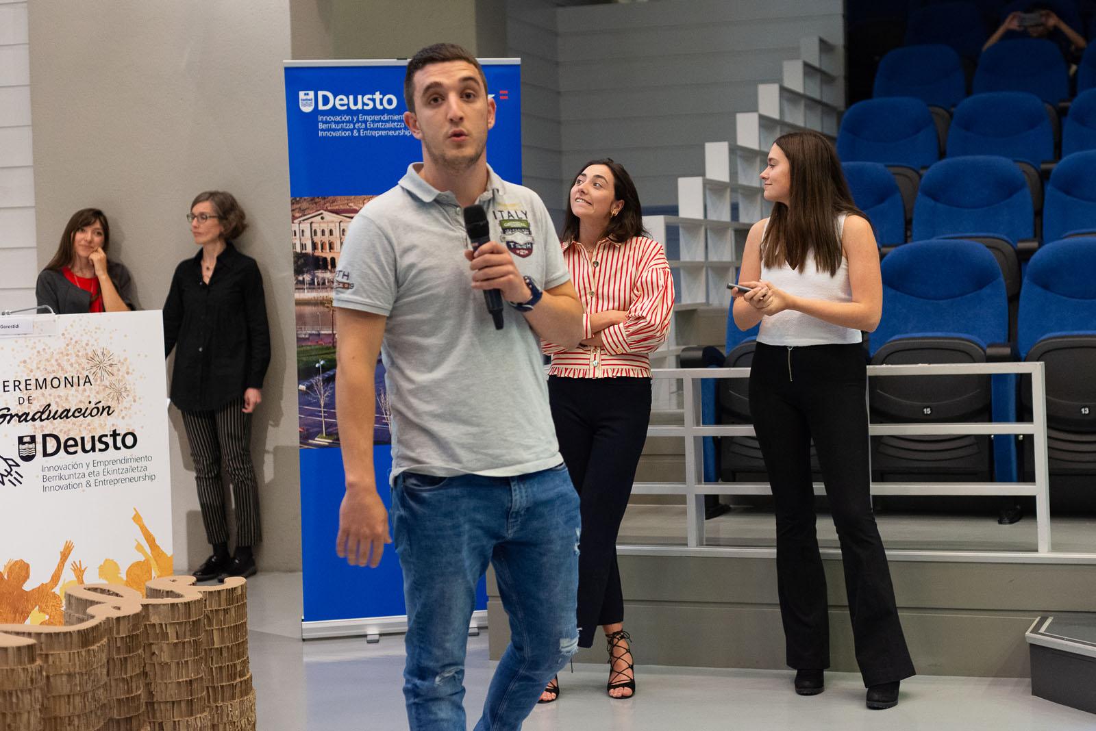"""Estudiantes del Grado en Diseño Industrial presentando su proyecto """"Bandeja Saludable"""""""